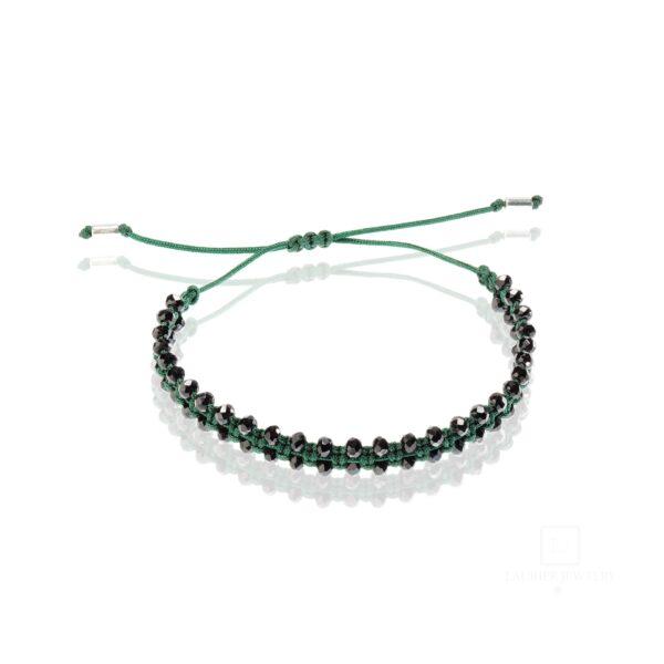 Bransoletka na zielonym sznurku, przeplatana naturalnymi spinelami.