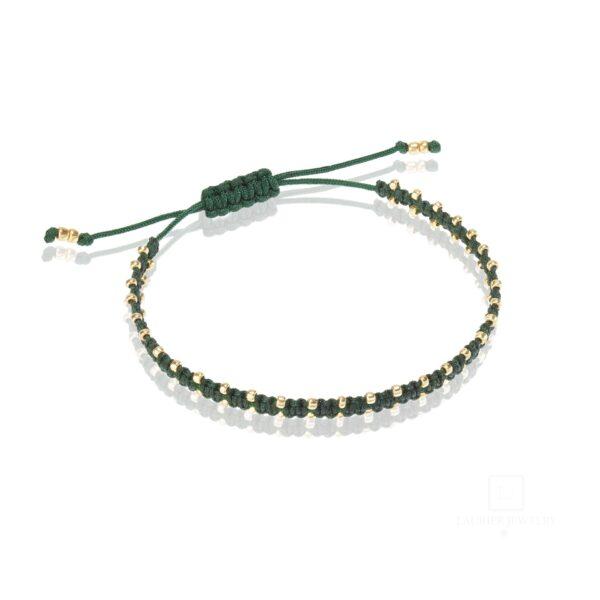 Bransoletka na zielonym sznurku, pleciona ze złotymi koralikami