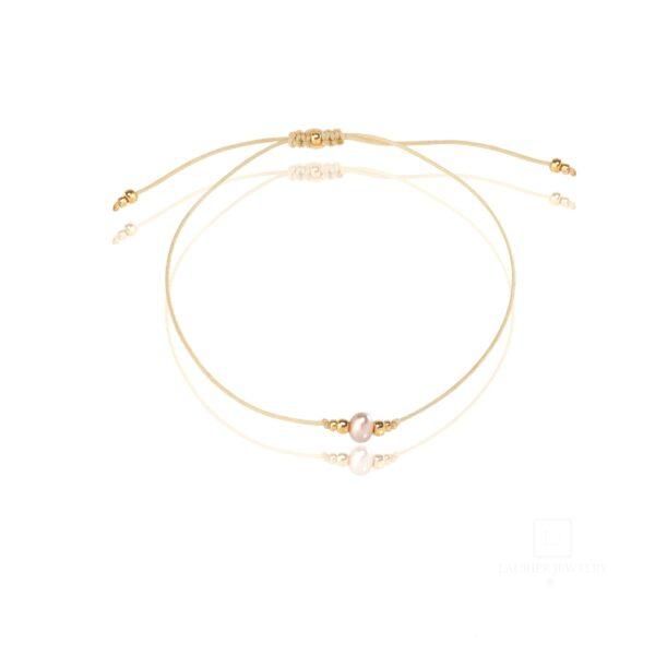 Bransoletka na cienkim, beżowym sznurku z różową perełką