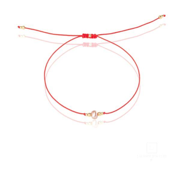 Bransoletka na cienkim, czerwonym sznurku z różową perełką