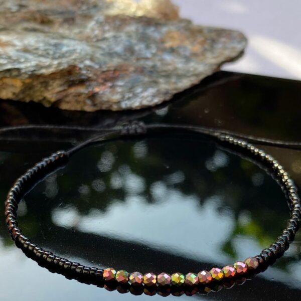 Bransoletka na cienkim czarnym sznureczku z czarnymi koralikami i hematytami