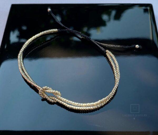 Bransoletka na sznurku ze srebrnym supełkiem