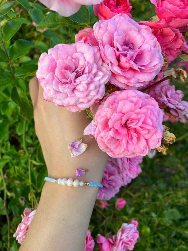Bransoletka pleciona na cienkim, błękitnym sznurku z perełkami i srebrem