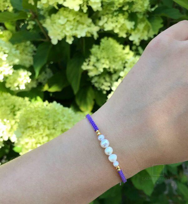 Bransoletka pleciona na cienkim, fioletowym sznurku z perełkami i srebrem