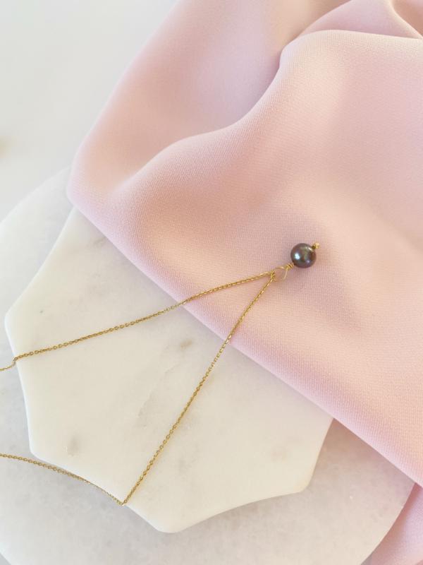 Naszyjnik z czarną perłą.